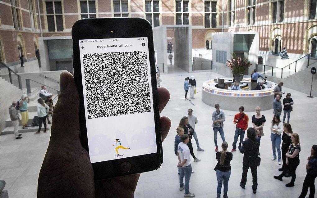 Een mobiele telefoon met de QR-code via de app CoronaCheck bij het Rijksmuseum. beeld ANP, Ramon van Flymen