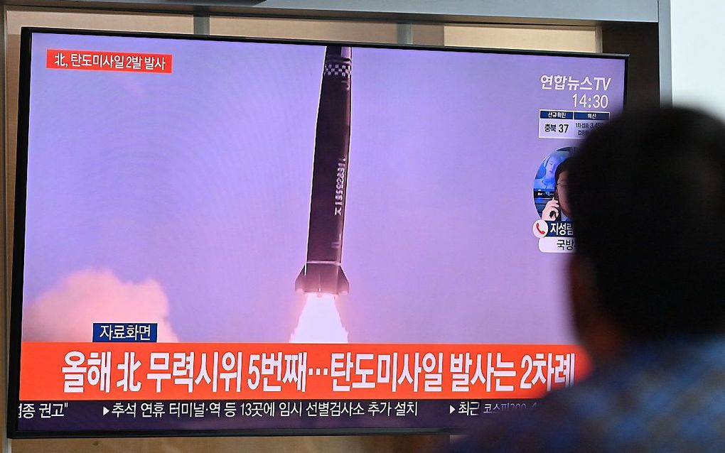 Een man in het Zuid-Koreaanse Seoul kijkt naar een eerdere raketlancering door Noord-Korea. beeld AFP, Jung Yeon-je