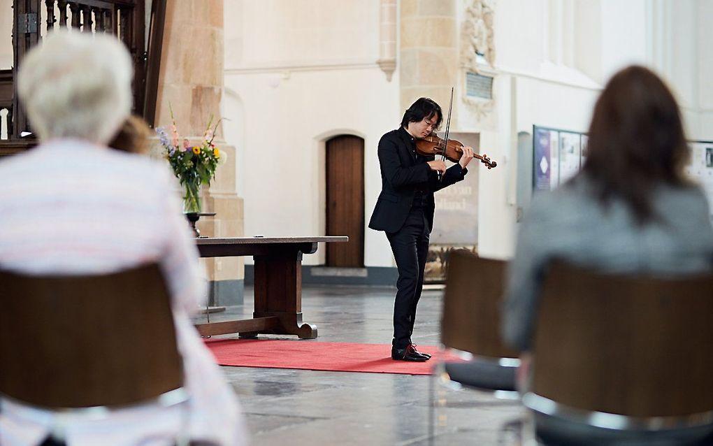 Violist Shunske Sato, artistiek leider van de Nederlandse Bachvereniging, omlijstte de bijschrijving met muziek. beeld Milagro Elstak