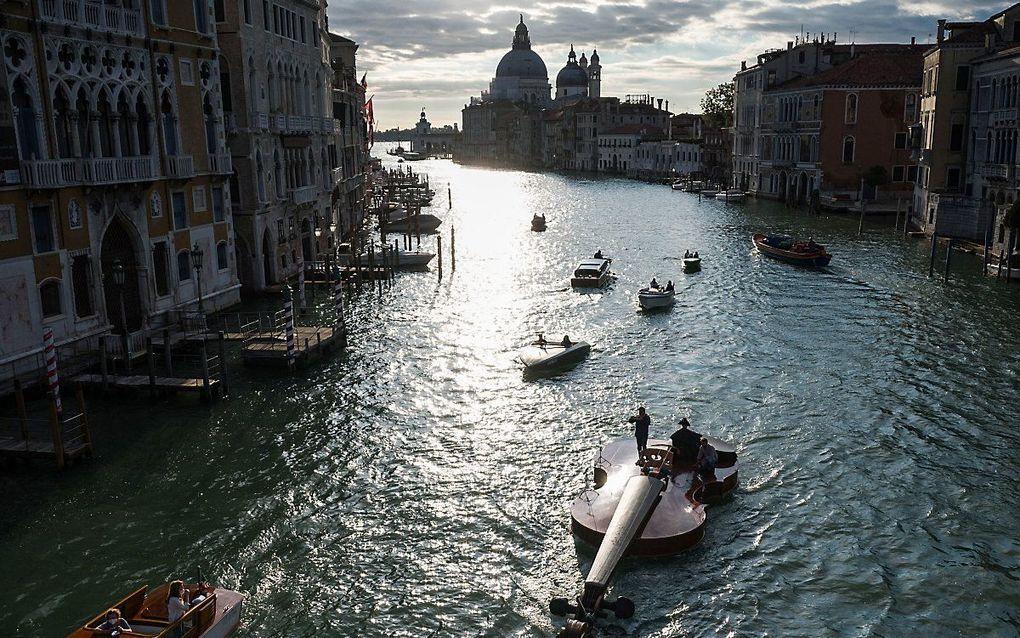 Een enorme viool vaart ter promotie van klassieke muziek door Venetie. beeld AFP, Marco BERTORELLO