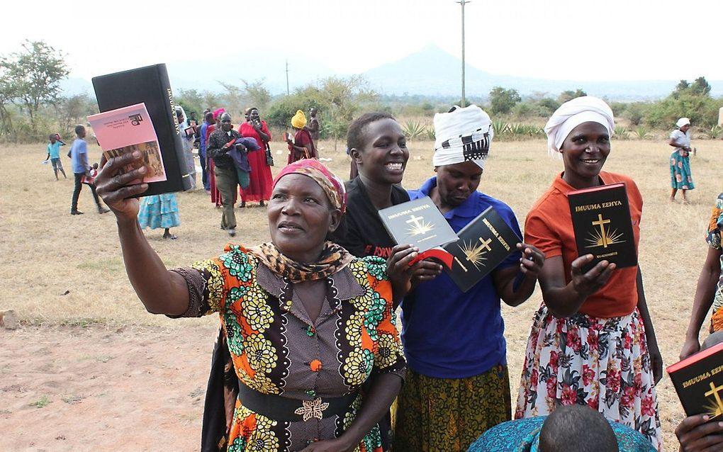 Tanzanezen ontvingen het Nieuwe Testament in de Simbiti-taal. beeld familie Kamphuis