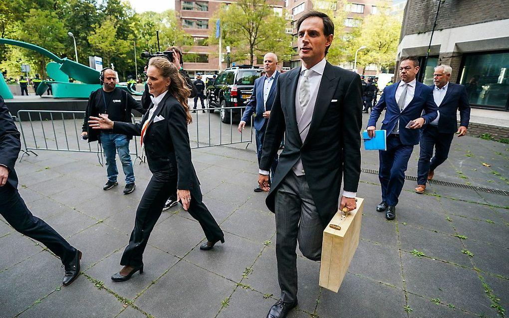 Demissionair minister Wopke Hoekstra van Financien (CDA) met het koffertje met daarin de miljoenennota op weg naar de tijdelijke Tweede Kameraan de Bezuidenhoutseweg in Den Haag. beeld ANP, Jeroen Jumelet