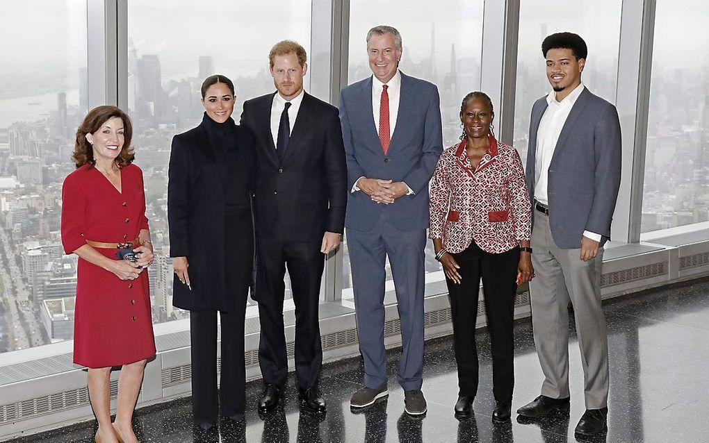 Harry en Meghan samen met gouverneur Kathy Hochul, burgemeester Bill de Blasio, zijn vrouw Chirlane McCray en hun zoon Dante op het uitzichtpunt van het World Trade Center in New York. beeld EPA, Peter Foley