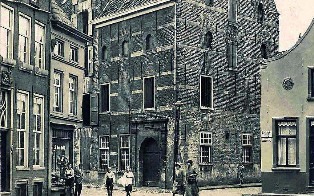 De oude Stadthalle in Emden, gebouwd in de 16e eeuw, verwoest in de Tweede Wereldoorlog. Hier vond de Synode van Emden in 1571 plaats. Foto uit het begin van de 20e eeuw. beeld Wikimedia