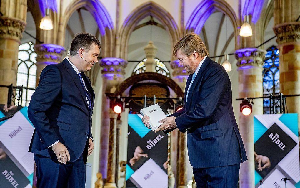 Koning Willem-Alexander nam woensdag in de Grote Kerk in Den Haag het eerste exemplaar van de NBV21, de vernieuwde bijbelvertaling, in ontvangst. Koning Willem-Alexander is beschermheer van het Nederlands-Vlaams Bijbelgenootschap. beeld ANP, Robin Utrecht