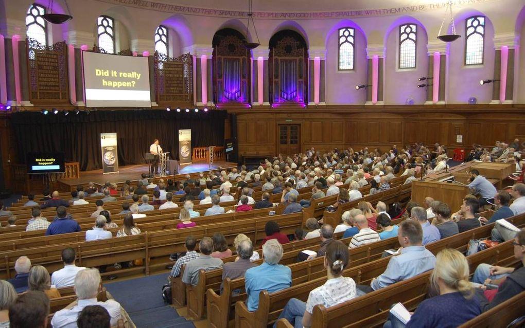 De Roemeen Florin Mocanu nam zaterdag voor 700 belangstellenden de zondvloed onder de loep op het tweedaagse congres van Creation Ministies International in Londen. beeld Gert-Jan van Heugten