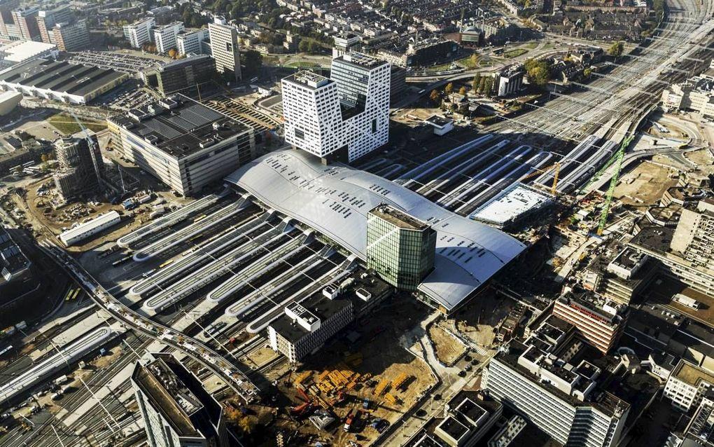De ontknoping van de sporen rond Utrecht Centraal is bijna klaar. Ook de nieuwe stationshal en perrons kregen vorm. De gemeente Utrecht is nu nog druk met de nieuwe bus- en sneltramhaltes (middenonder). ANP-fotograaf ANP Remko de Waal vloog over het stati