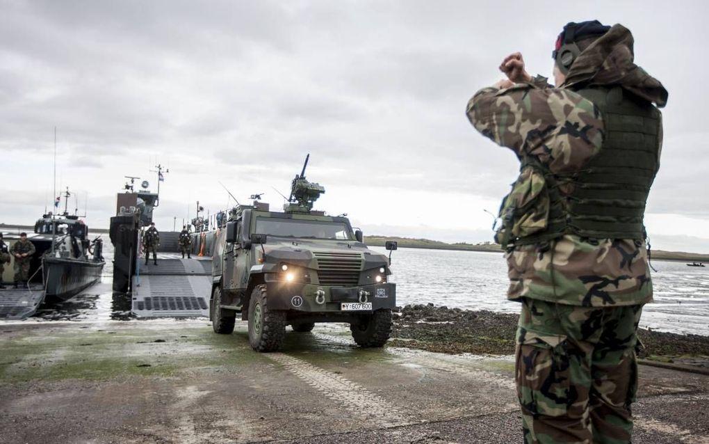 Een Duits pantservoertuig verlaat een Nederlandse landingsvaartuig. Nederlandse mariniers trainen Duitse militairen op Texel. beeld Sjoerd Hilckmann/MCD