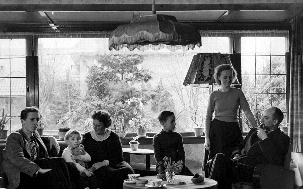 De familie Van Ruler in 1951. V.l.n.r.: Dick, Betteke, mevrouw Van Ruler- Hamelink, Kees, Anneke en A. A. van Ruler. Janneke van Ruler ontbreekt op de foto.