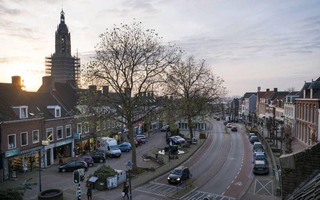 Het Frederik van de Paltshof in Rhenen, met op de voorgrond de verbrede doorgaande weg en op de achtergrond de Cuneratoren. beeld Niek Stam