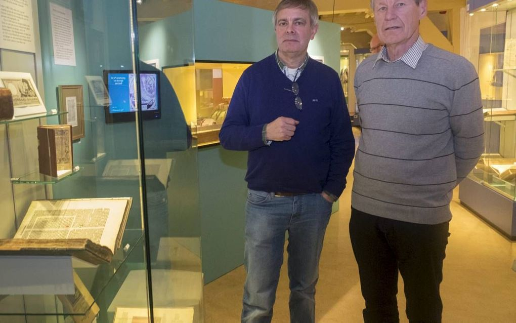 """GOES. De Bijbelverzamelaars Otto van Middendorp (l.) en Henk de Korte (r.) hebben in het Historisch Museum de Bevelanden in Goes de tentoonstelling """"Het Boek der Boeken"""" ingericht. beeld Dirk-Jan Gjeltema"""