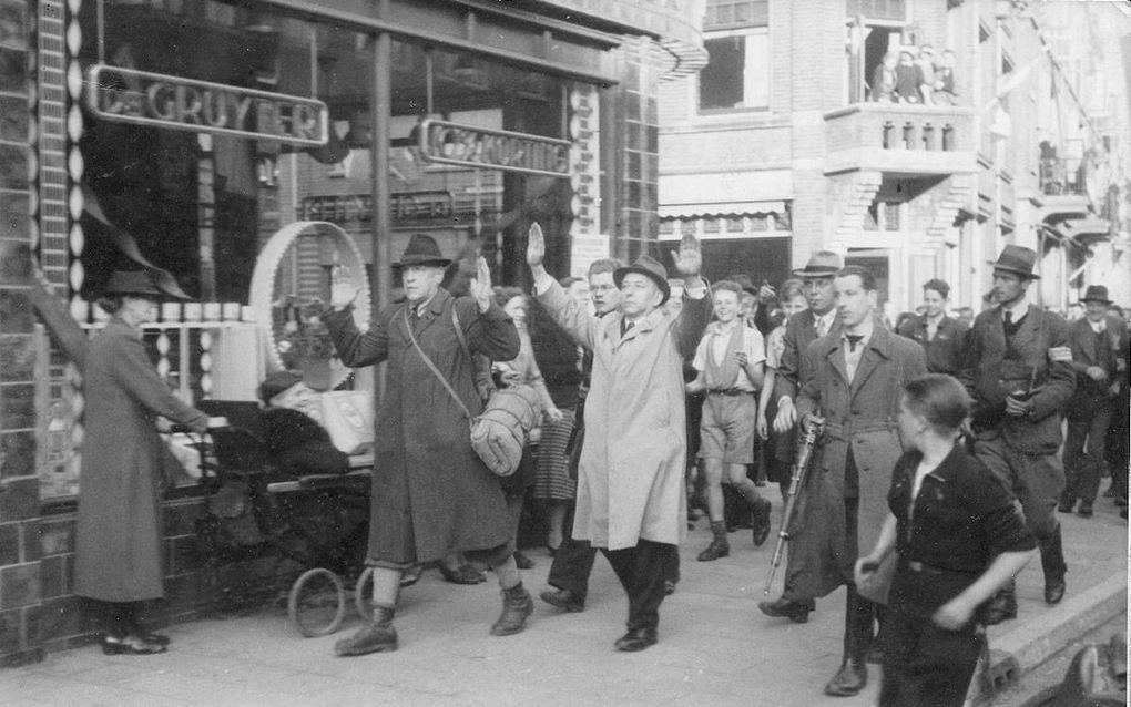 De arrestatie van de regenten L. F. R. P. C. A. Brandts Buys (l) en H. van der Weerd, 7 mei 1945.beeld uit besproken boek