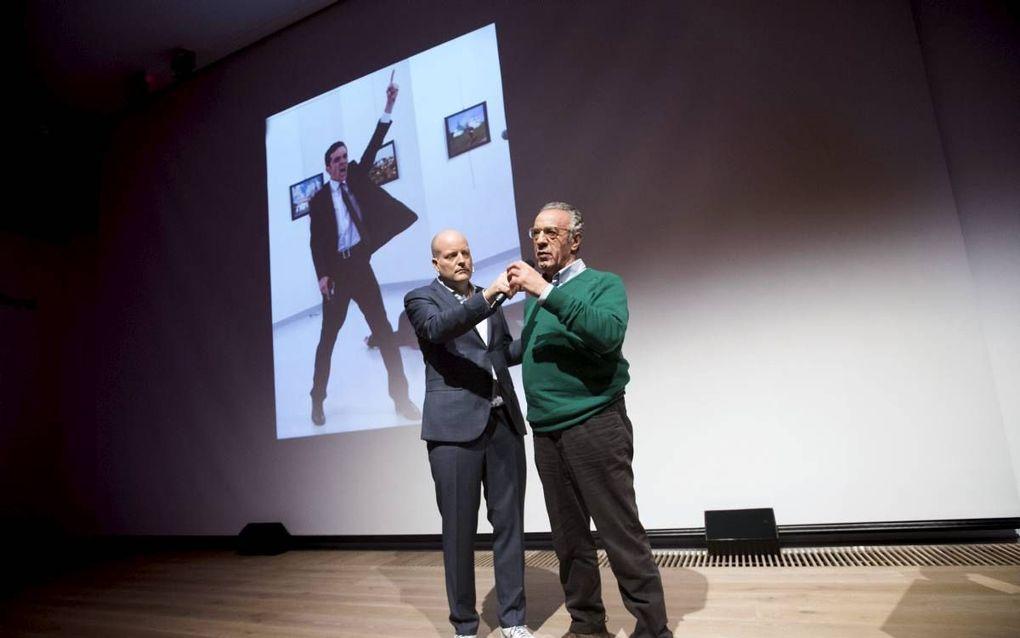 Winnaar van de World Press Photo 2016 fotograaf Burhan Ozbilici en Lars Boering, Managing Director of the World Press Photo Foundation tijdens de bekendmaking in Amsterdam. beeld ANP