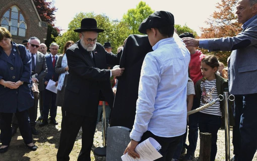 Opperrabbijn Jacobs heeft gisteren de grafsteen onthuld van Ruben Baer. Het joodse jongetje overleed in 1943 vier dagen na zijn geboorte.beeld René Roosje