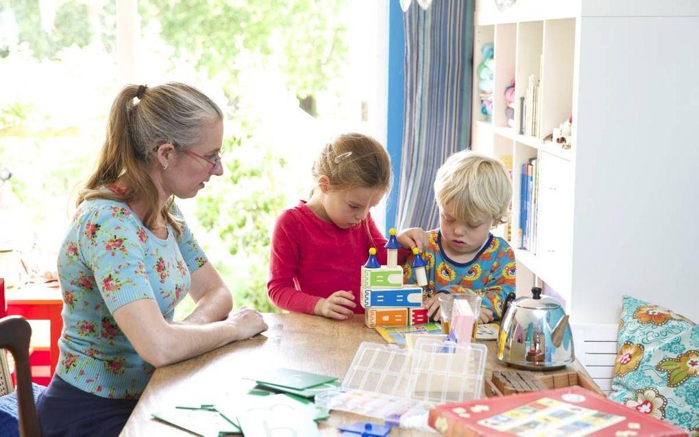Cathelijne van den Bercken en haar man Theo uit Almere geven hun kinderen zelf onderwijs. beeld Sjaak Verboom