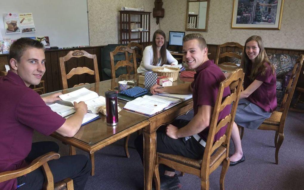 Les in de personeelskamer. Netherlands Reformed Christian School (NRCS) in Pompton Plains (VS). beeld RD