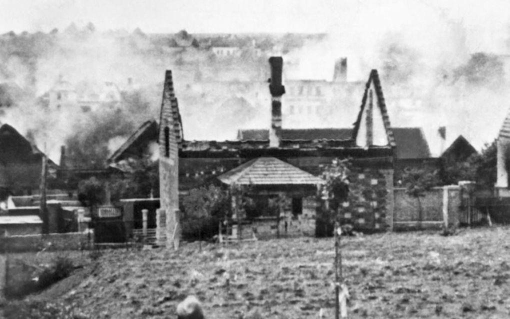 Met explosieven worden de woningen en de kerk van Lidice opgeblazen en de overblijfselen in brand gestoken.
