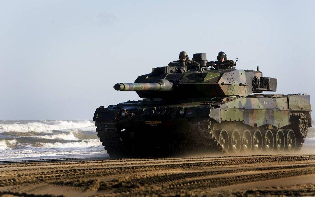 BERGEN-HOHNE. Bij het Duits/Nederlandse 414 Panzerbataillon in Bergen-Hohne zijn op dit moment slechts drie van de achttien Leopardgevechtstanks inzetbaar. De rest staat stil. Nederland kan dankzij een samenwerkingsverband met het Duitse leger gebruikmake