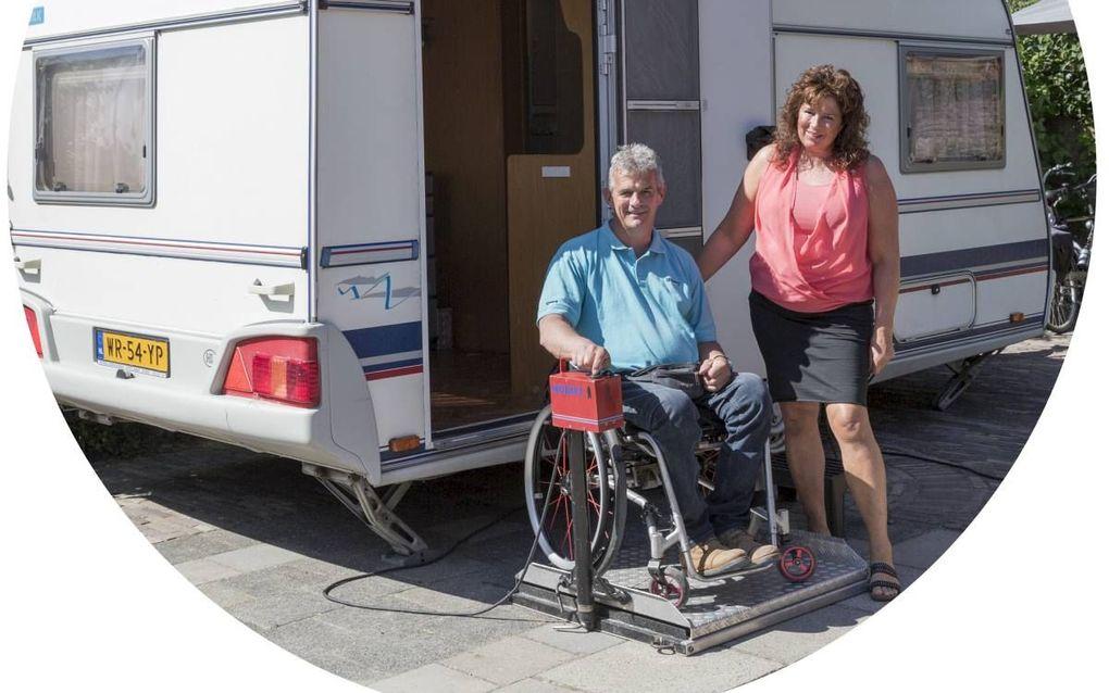 Bennie en Annetta Poppe voor de aangepaste caravan. beeld Sjaak Verboom