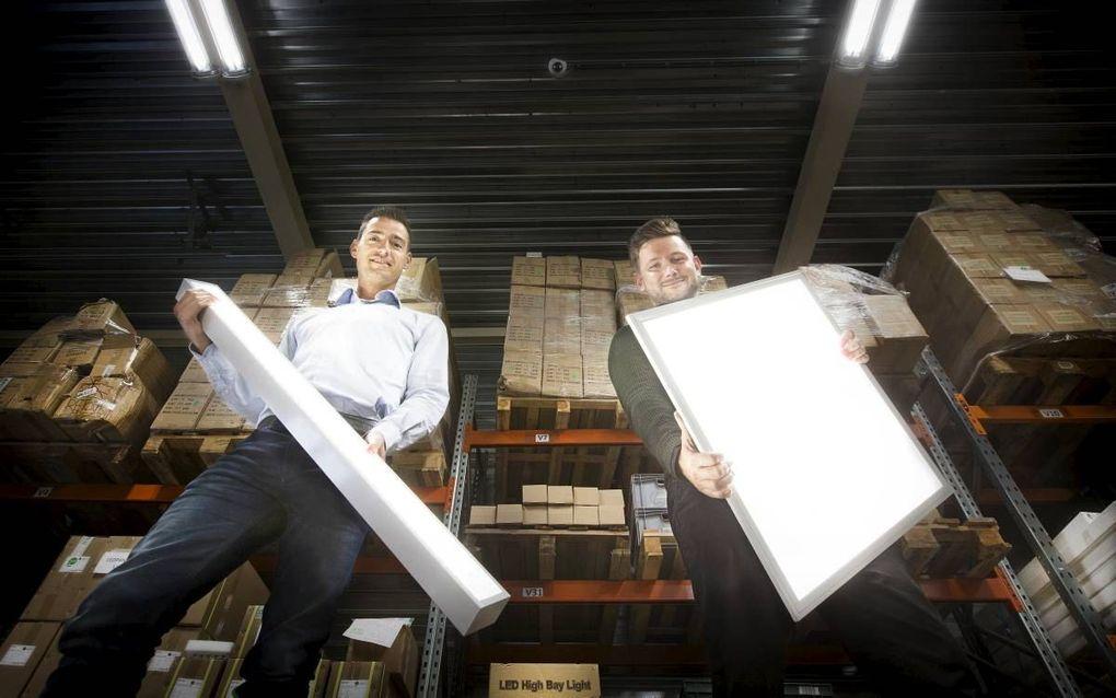 Wouter Plomp (l.) is samen met zijn broer Stefan eigenaar van Lumeco, een bedrijf dat milieubewuste verlichting aanbiedt. Rechts pr-medewerker Van de Giessen.beeld RD, Henk Visscher