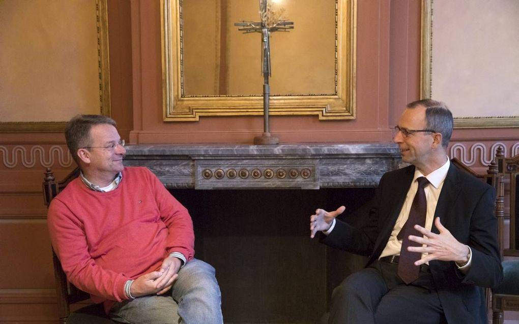 Prof. dr. P. P. J. van Geest (l.) en prof. dr. W. van Vlastuin in gesprek over de katholiciteit van de kerk. beeld Erik Kottier
