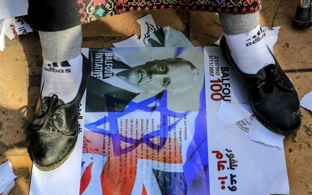De 100e verjaardag van de Verklaring van Balfour, waarmee Groot-Brittannië ruimte schiep voor de vestiging van een Joods nationaal tehuis in Palestina, wekte vorige week verschillende emoties op. Foto: een Palestijnse vrouw vertrapt een foto van minister