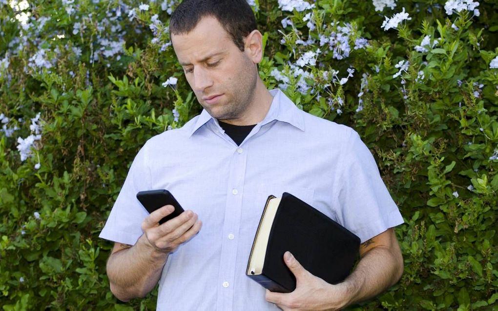 """""""Mediaopvoeding begint bij een leven met de Heere. Vanuit dat vertrekpunt gaan we in gesprek over Bijbelse waarden die centraal moeten staan in het leven."""" beeld iStock"""