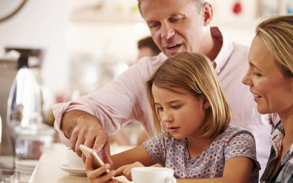 """""""Kinderen krijgen op steeds jongere leeftijd een smartphone en hun ouders zitten met de vraag hoe ze hun kinderen hierin moeten begeleiden en opvoeden."""" beeld iStock"""