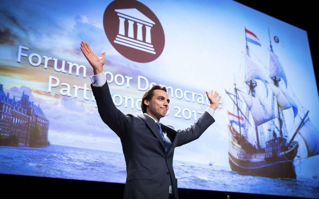 """""""Het is meer dan opmerkelijk dat een van de meest succesvolle advocaten van Nederland, de hervormd-gereformeerde Jan Louis Burggraaf, naar buiten is getreden als aanhanger van Forum voor Democratie."""" Foto: Fractievoorzitter Thierry Baudet op het partijcon"""
