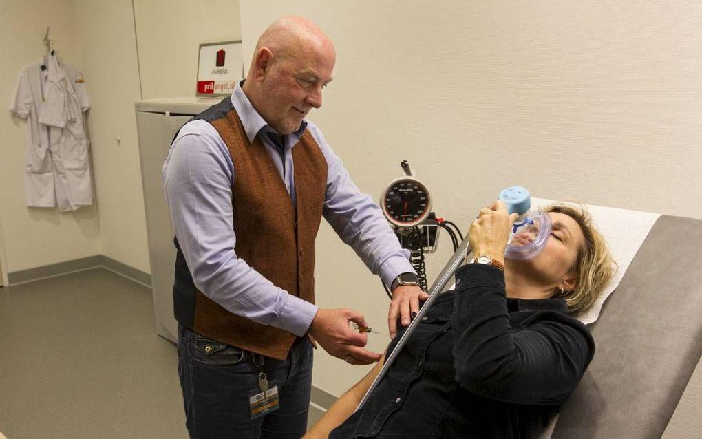 """Henk Schenk: """"Je moet mij niet zozeer zien als een dokter, maar als een coach die je door het proces van prikken heen loodst. Ik gebruik lachgas om mensen te ontspannen."""" beeld RD, Anton Dommerholt"""