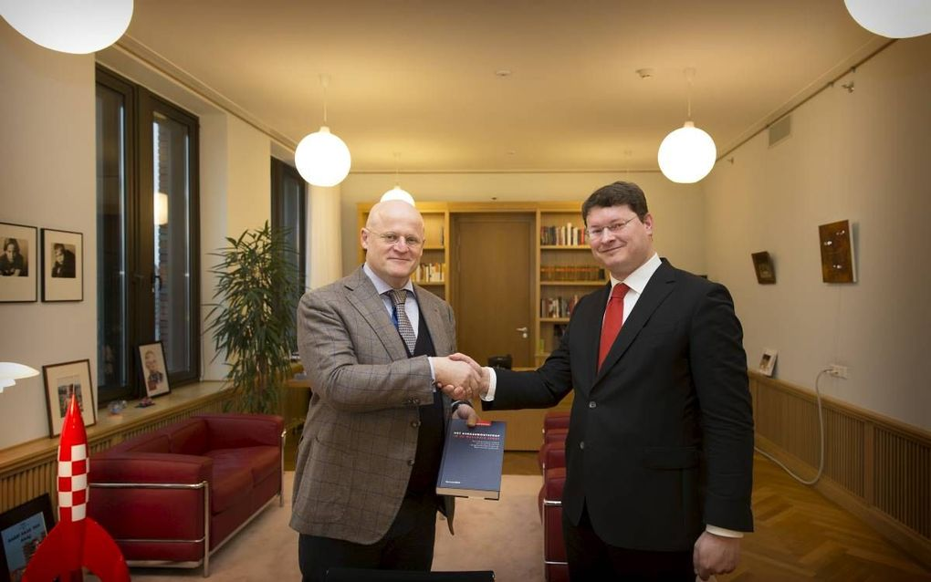 Minister Grapperhaus (l.) en mr. T. van Kooten. beeld RD, Henk Visscher