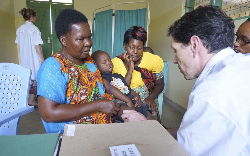 Erik Staal (r.) was tropenarts in Tanzania en is nu werkzaam als chirurg en tropenopleider in het Slingeland Ziekenhuis in Doetinchem. De mogelijk dat Nederlandse artsen zich specialiseren tot arts internationale gezondheidszorg en tropengeneeskunde (AIGT
