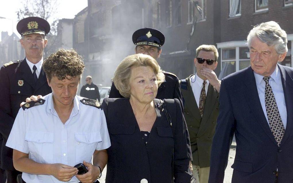 """""""Na de vuurwerkramp in Enschede (2000) was Beatrix de volgende ochtend vroeg al present. Ze sloeg spontaan de arm om een vrouwelijke agente die in tranen uitbarstte."""" beeld ANP, Marcel Antonisse"""