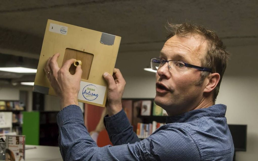 Jasper Kok-Roosjen toont een kastje, waarmee deelnemers aan het Autisme Belevingscircuit de werkelijkheid bij elkaar moeten puzzelen.beeld Michael Hartwigsen