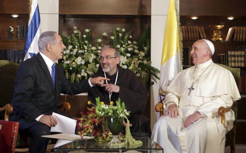 """""""In 2014 bezocht paus Franciscus Israël en de Palestijnse gebieden. Hij erkende daarbij slim de politieke symbolen van beide kampen."""" Foto: Paus Franciscus en de Israëlische premier Netanyahu in Jeruzalem. beeld EPA"""