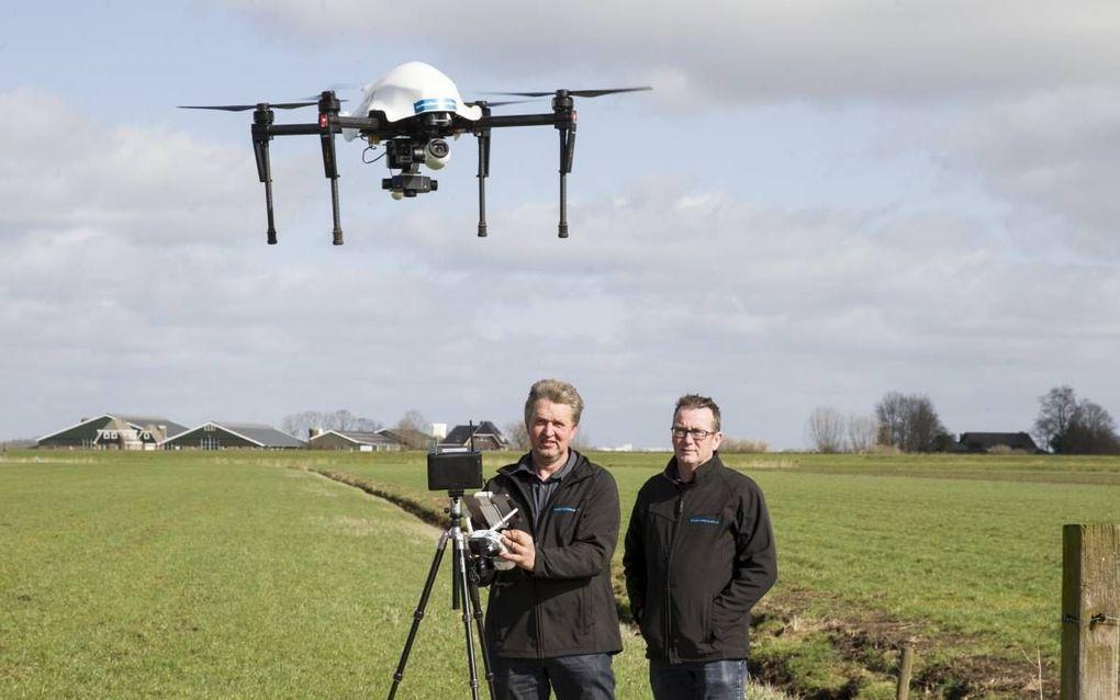 René Stalenhoef (links) en Wilhelm Bos van Collectief Eemland demonstreren de drone die weidevogelnesten opzoekt. beeld RD, Anton Dommerholt.