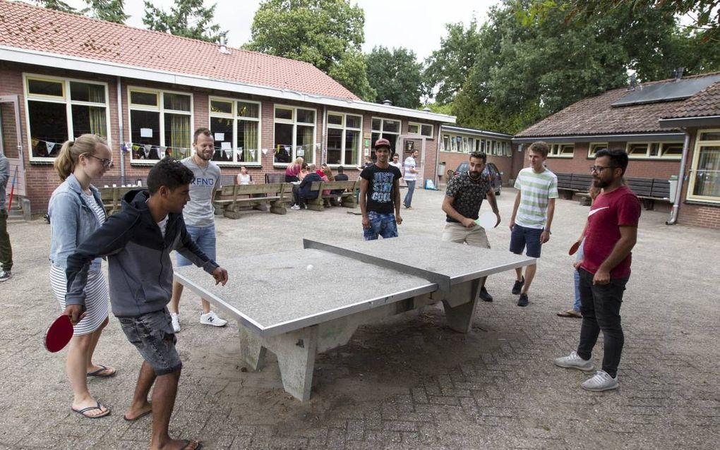 De interkerkelijke organisatie Stichting Gave werkt onder asielzoekers en vluchtelingen in Nederland. Ze brengt christelijke jongeren met migranten in contact door, dit jaar voor de 22ste keer, multiculturele jongerenkampen te organiseren. beeld Anton Dom