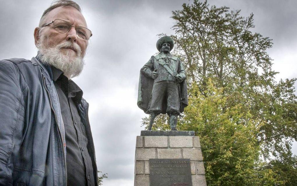 Voormalig ambtenaar Jan de Vries uit Wolvega vindt dat het standbeeld van Peter Stuyvesant moet blijven. beeld RD, Henk Visscher