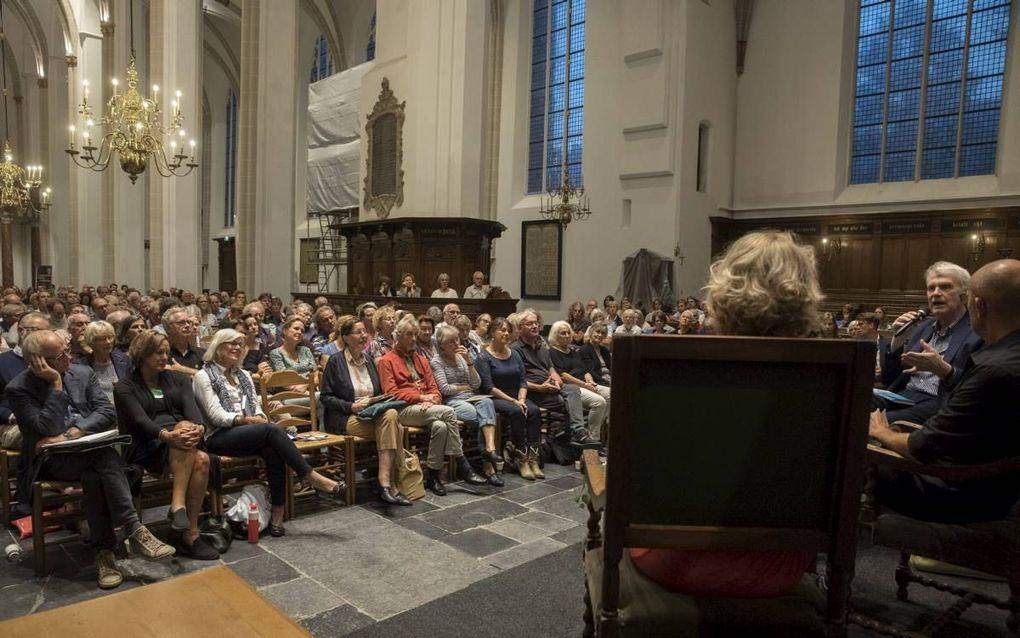 In de Utrechtse Jacobikerk namen prof. dr. Beatrice de Graaf en romanschrijver Adriaan van Dis (met microfoon) deel aan een literair debat onder leiding van columnist en journalist Stevo Akkerman. Volgens de organisatie trok het debat circa 220 bezoekers.