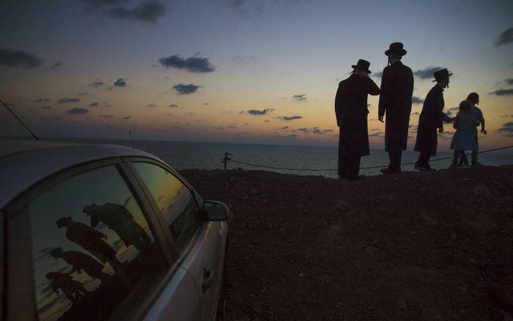 Ultra-orthodoxe Joden baden dinsdag aan de Middellandse Zee, daags voor Jom Kipoer.beeld EPA, Atef Safadi