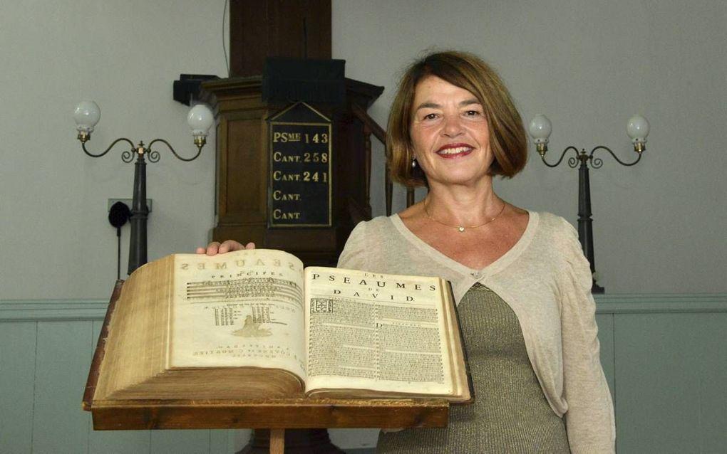Margot Kalse in de Waalse Kerk in Leiden bij een Bijbel met Franse psalmen.beeld Jos van Leeuwen
