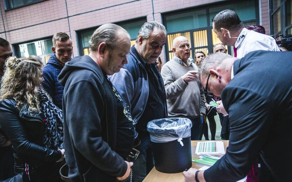 """""""De politiek is nodeloos terughoudend in kritiek op het OM en op rechters."""" Foto: Voorstanders van Zwarte Piet verzamelen zich bij de rechtbank in Leeuwarden op 11 oktober waar de rechtszaak tegen de 34 blokkeerfriezen wordt behandeld. beeld Siese Veenstr"""