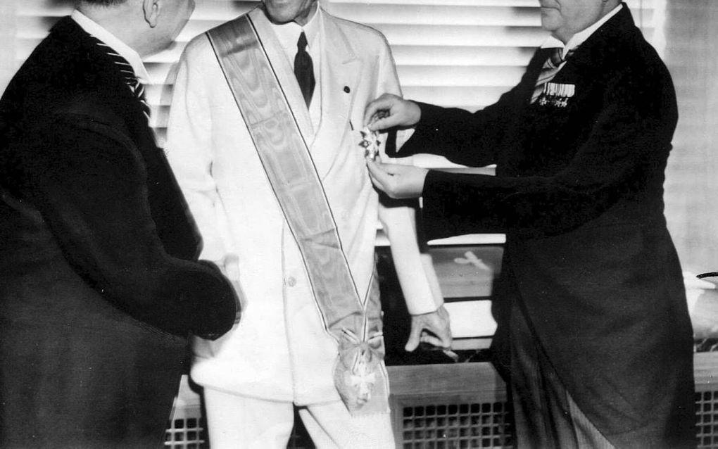Henry Ford ontvangt in 1938 uit handen van hoge nazi's het zogenaamde Gouden Grootkruis van de Orde van Verdienste van de Duitse Adelaar. beeld rarehistoricalphotos.com 