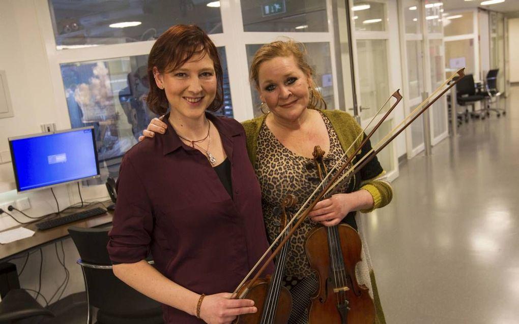 De violisten Maria Eldering (li.) en Suzanne Groot spelen iedere twee weken op vrijdag op de intensive care van het UMC Utrecht. beeld RD, Anton Dommerholt