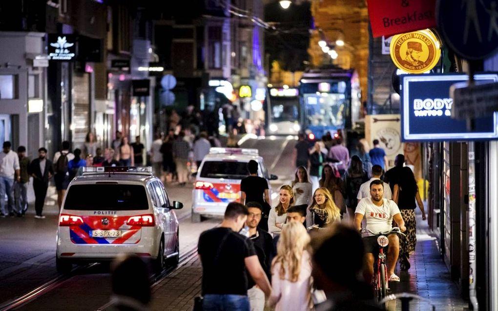 Uitgaanspubliek op zaterdagavond in de Leidsestraat in Amsterdam.beeld ANP, Remko de Waal