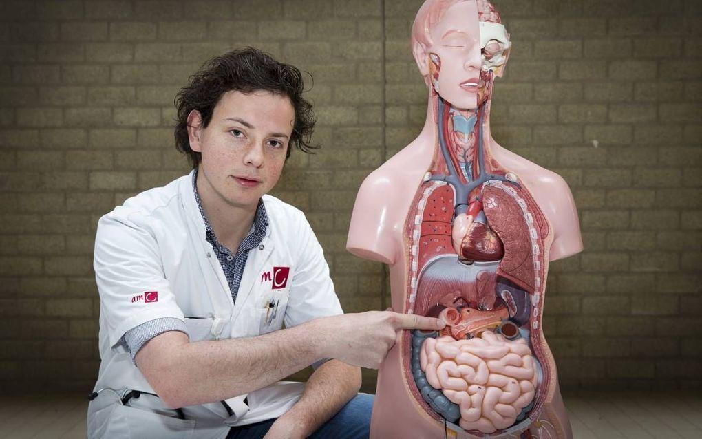 Rens Kempeneers doet in het Amsterdam UMC onderzoek naar de beste behandeling van een chronische alvleesklierontsteking. beeld RD, Henk Visscher