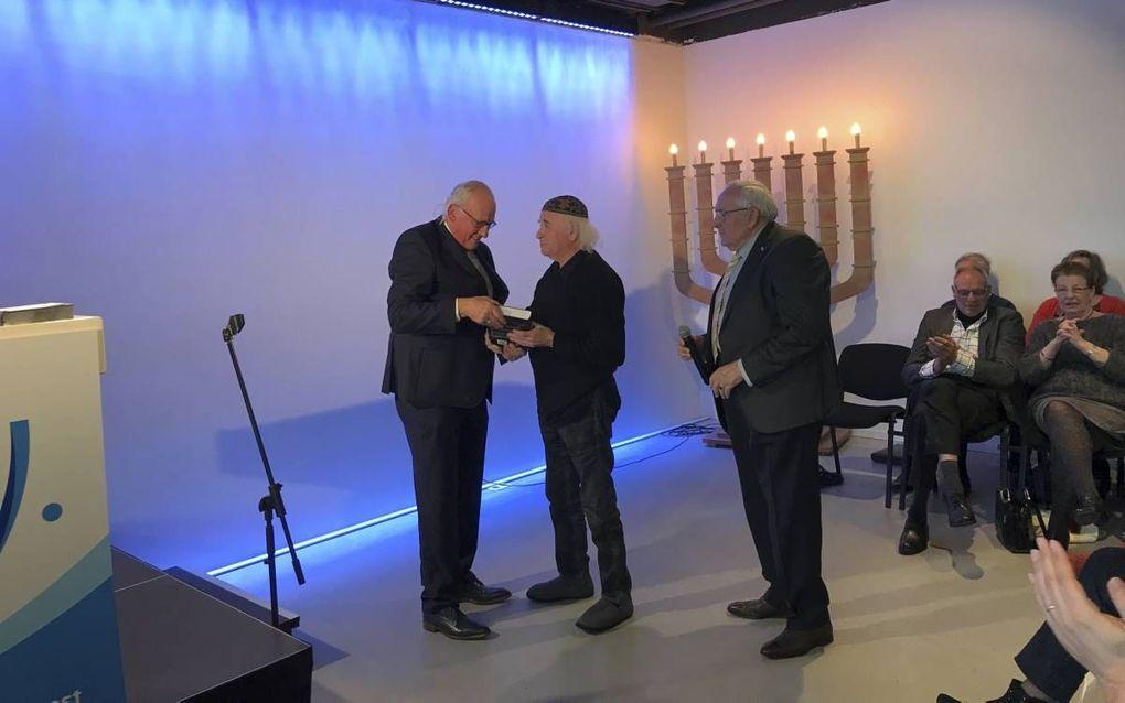 Ouweneel overhandigde zaterdag zijn boek aan de Messiasbelijdende Jood Marc de Klijn. beeld RD