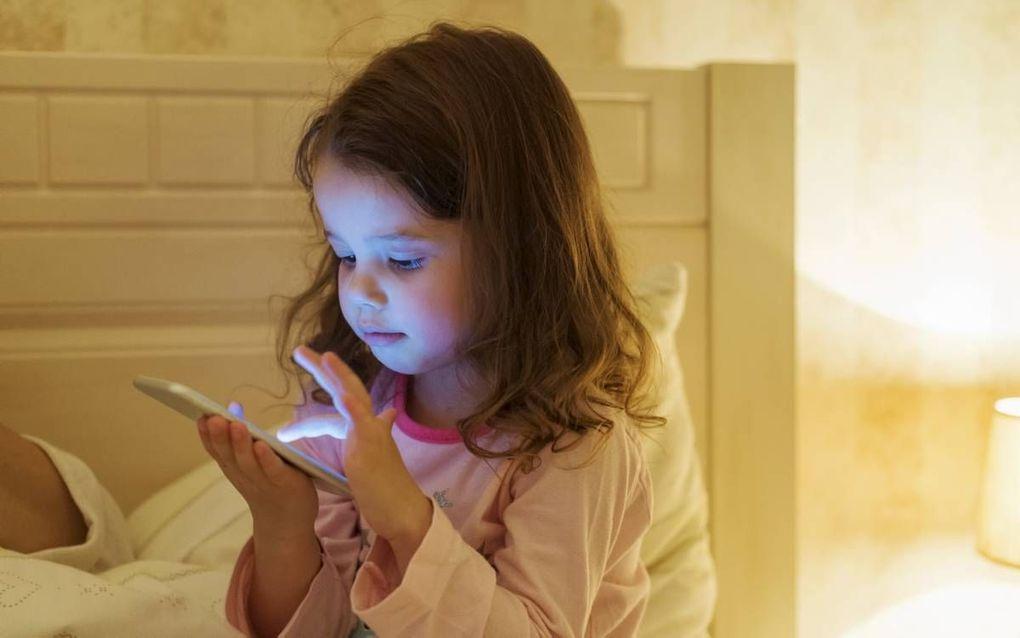 Kinderen en jongeren bakenen hun schermtijd niet vanzelf af. We helpen hen door offlineperiodes aan te moedigen. In elk geval een uur voor het slapen gaan. beeld iStock