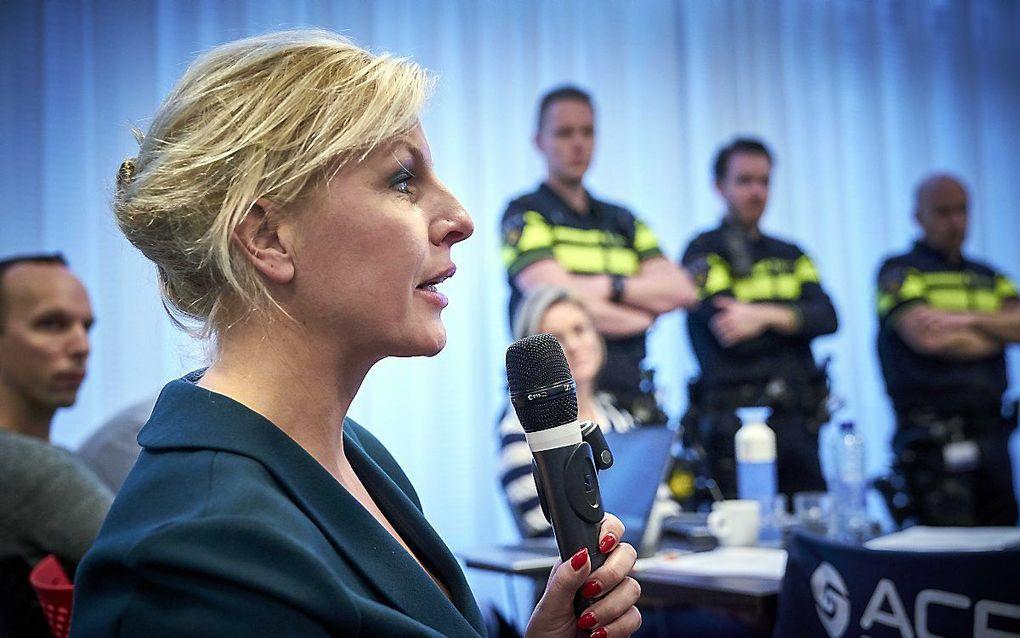 PvdA Tweede Kamerlid Attje Kuiken tijdens de persconferentie. ACP-voorzitter: Gerrit van de Kamp, NPB-voorzitter: Jan Struijs, VMHP-voorzitter: Miriam Barendse, en ANPV-voorzitter: Xander Simonis tijdens een persconferentie van de politiebonden. De bonden