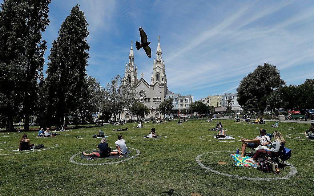 Mensen in onder meer San Francisco (Californië) kunnen zondag weer naar de kerk. beeld EPA, John G. Mabanglo